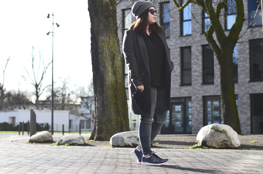 Casual Look mit Glitzer Sneakers